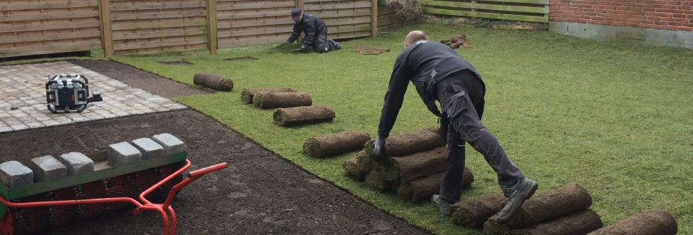 Anlæg af græsplæne Holbæk, Odsherred, rullegræs rulles ud