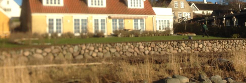 Støttemur Holbæk, Odsherred, stort gult hus