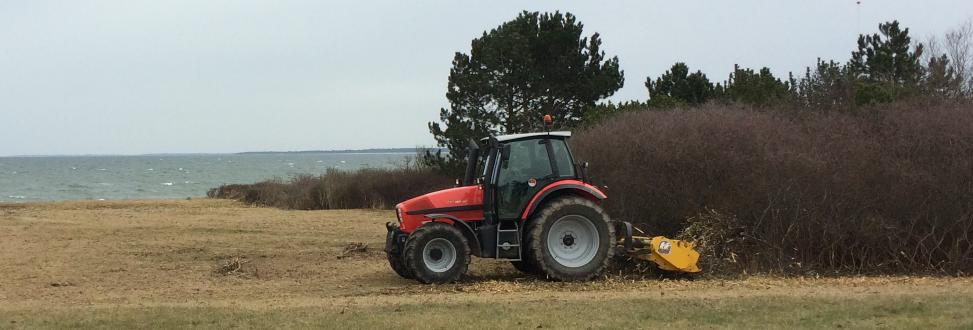 Vedligeholdelse af grønne områder Holbæk, Odsherred, traktor fjerner ukrudt